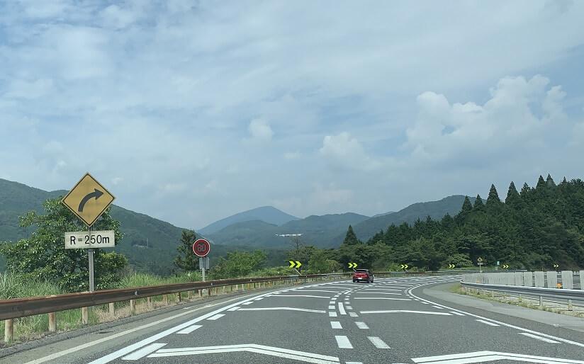 中国自動車道 見通しの良いR250